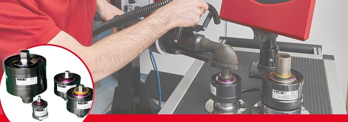 Simulatorji spojev se uporabljajo za poustvarjanje normalnih pogojev<br/>uporabe električnih orodij in omogočajo umerjanje orodja<br/>skladno z odpornostjo spoja, na kakršnem bo orodje uporabljeno<br/>v proizvodni liniji.<br/>Za ustrezen navor je treba nastaviti mehko ali trdo togost, saj je navor, ki ga razvije orodje, odvisen od togosti spoja.<br/>Vsak simulator spoja je opremljen z dvema barvnima obročema, ki uporabniku omogočata hitro in preprosto prepoznavanje simulatorja.<br/>